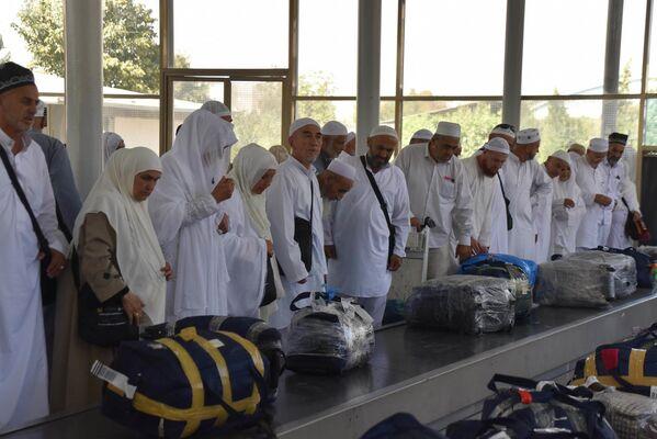 Возвращение таджикских паломников из хаджа - Sputnik Таджикистан