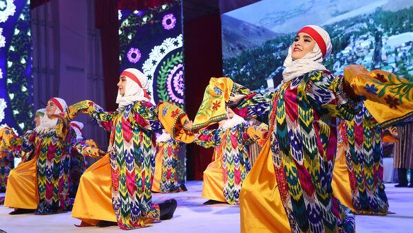 Таджикские девушки танцуют на сцене - Sputnik Таджикистан