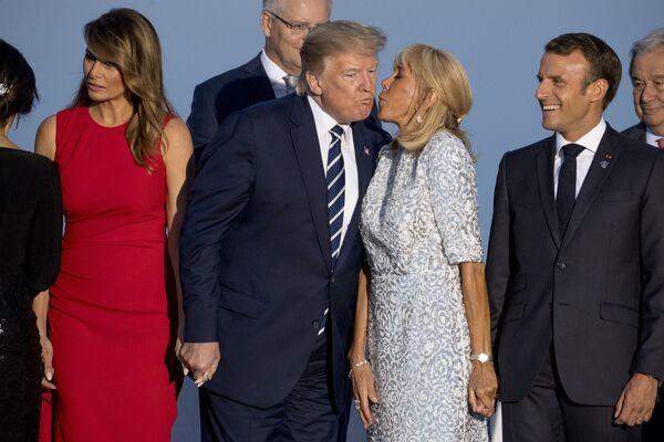 Президент Франции Эммануэль Макрон (справа) наблюдает, как его жена Бриджит Макрон (вторая справа) целует президента Дональда Трампа - Sputnik Таджикистан