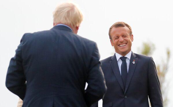 Президент Франции Эммануэль Макрон во время встречи премьер-министра Великобритании Бориса Джонсона в Биаррице - Sputnik Таджикистан