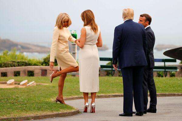 Президент Франции Эммануэль Макрон с женой во время встречи президента США Дональда Трампа и Мелании Трамп в Биаррице - Sputnik Таджикистан