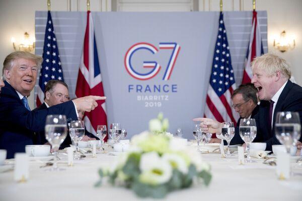 Президент США Дональд Трамп и премьер-министр Великобритании Борис Джонсон во время переговоров на саммите G7 в Биаррице - Sputnik Таджикистан