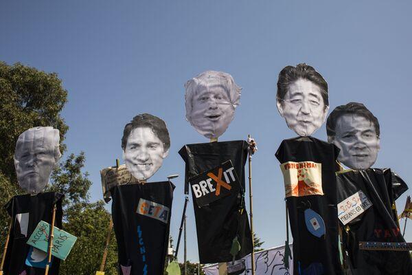 Акция протеста против проведения саммита G7 во Франции - Sputnik Таджикистан
