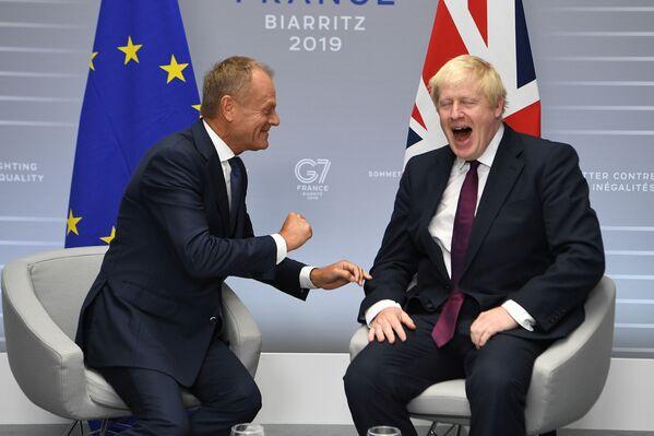 Президент Европейского совета Дональд Туск и премьер-министр Великобритании Борис Джонсон  на саммите G7 в Биаррице - Sputnik Таджикистан