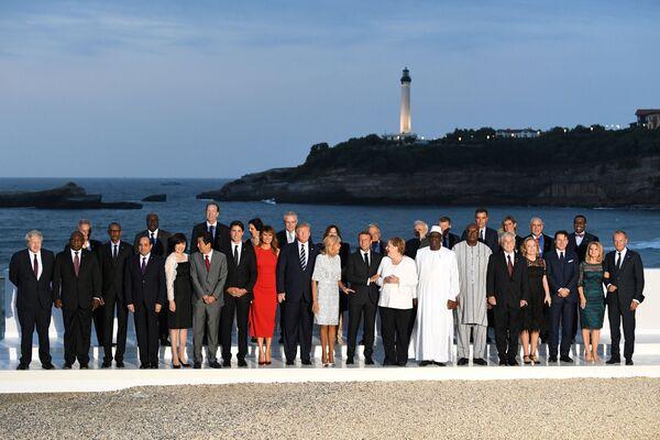 Совместное фотографирование лидеров стран-участниц G7 с гостями в Биаррице - Sputnik Таджикистан