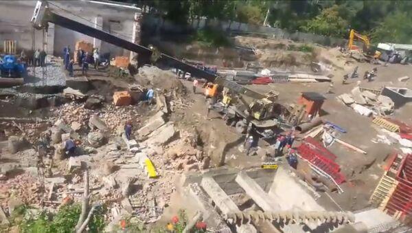 Обрушилась стена здания в Новосибирске, под завалом люди - Sputnik Таджикистан