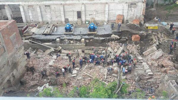 Стена строящегося здания обрушилась на рабочих в Новосибирске. 28 августа 2019 - Sputnik Таджикистан