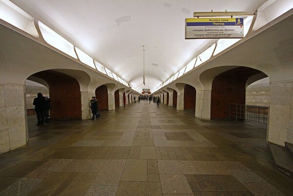 Станция метро Боровицкая в Москве - Sputnik Таджикистан