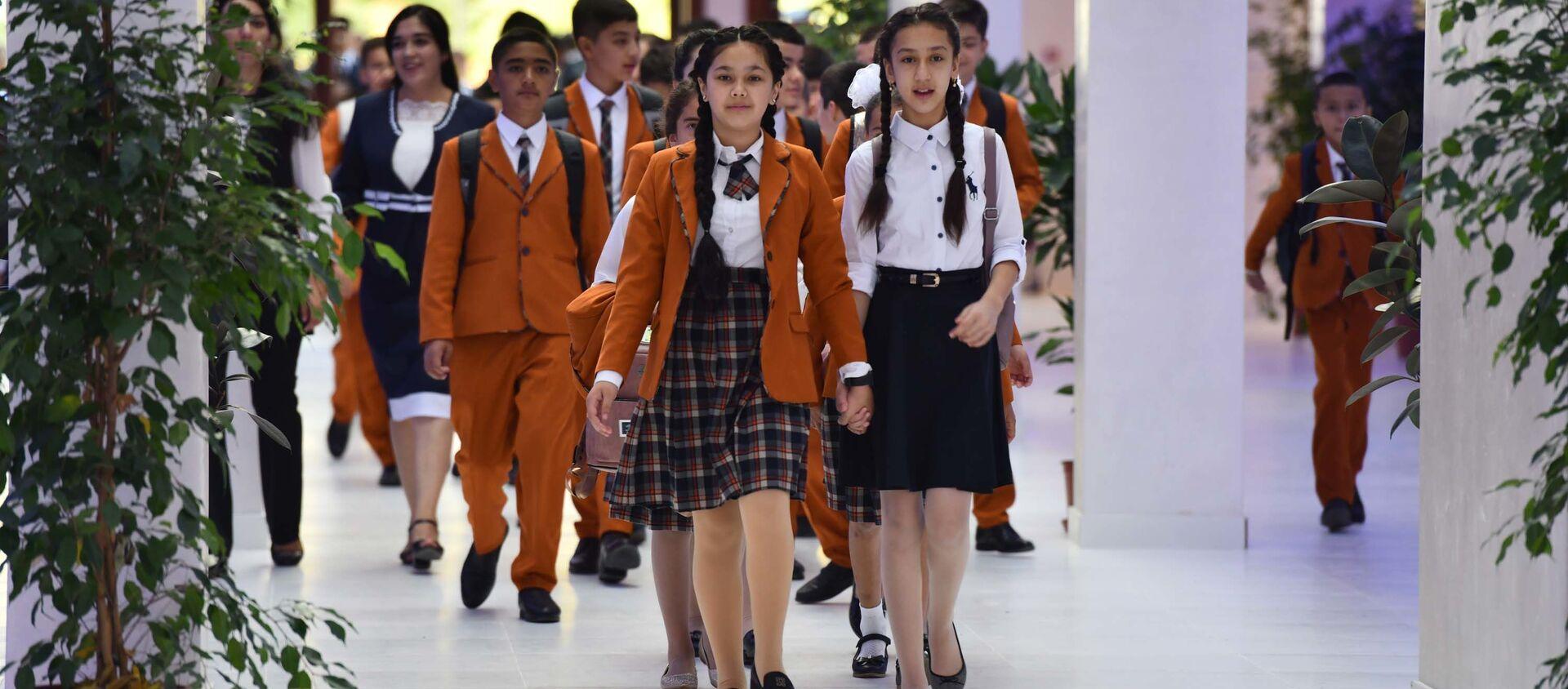 Школьники в первый учебный день в Душанбе  - Sputnik Таджикистан, 1920, 27.10.2020