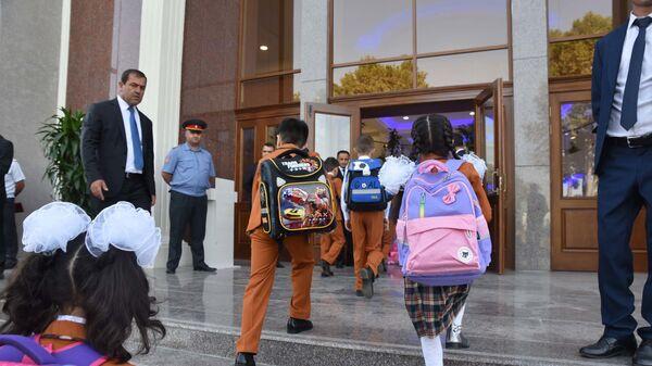 Школьники на первом школьном дне в Душанбе - Sputnik Тоҷикистон