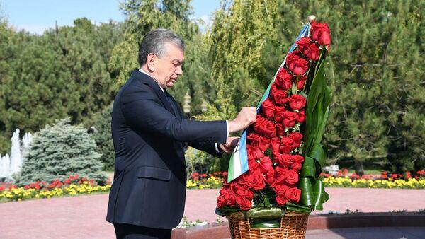 Президент Шавкат Мирзиёев 2 сентября возложил венок к подножию памятника Первому Президенту - Sputnik Таджикистан