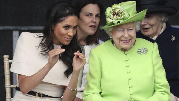 Меган, герцогиня Сассекская и британская королева Елизавета II на открытии нового моста для ворот Мерси в Виднес. 14 июня 2018 - Sputnik Таджикистан