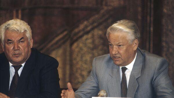 Президент РФ Борис Ельцин (справа) и президент Таджикистана Рахмон Набиев - Sputnik Тоҷикистон