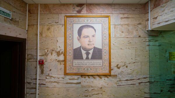 Тканное панно с изображением Бободжана Гафурова в институте востоковедения - Sputnik Тоҷикистон