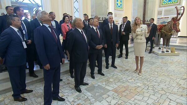 Путину и Назарбаеву преподнесли яблоки и показали павильон Казахстан - Sputnik Таджикистан