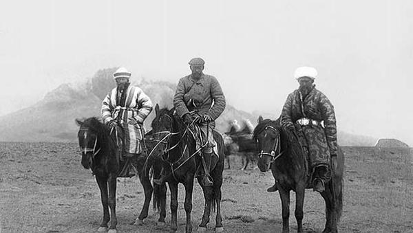 Граф А.А. Бобринской  (в центре) в сопровождении проводников Восточный Памир. 1901 г - Sputnik Тоҷикистон