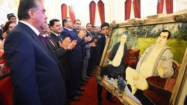 Вручение картины Президенту во время открытия дворца культуры - Sputnik Тоҷикистон