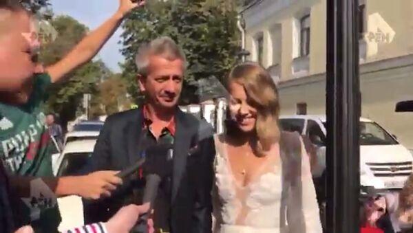 Ксения Собчак приехала в ЗАГС с Богомоловым на катафалке - Sputnik Тоҷикистон