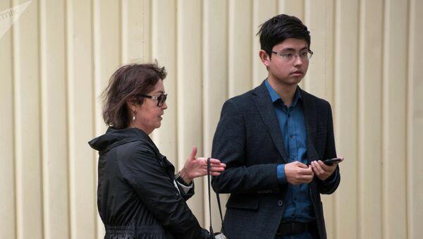 Супруга бывшего президента Алмазбека Атамбаева Раиса  Атамбаева с сыном Кадыром у здания ГКНБ. Архивное фото - Sputnik Тоҷикистон