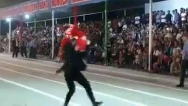 Танцоры немного не рассчитали и оба упали, но не растерялись - Sputnik Тоҷикистон