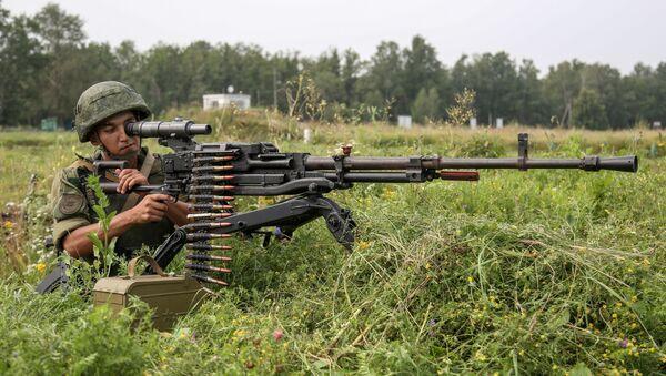 Военнослужащий стреляет из крупнокалиберного пулемета Утес - Sputnik Таджикистан