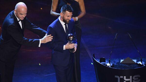 Футболист Лионель Месси с трофеем на церемонии вручения наград ФИФА  в Италии  - Sputnik Тоҷикистон