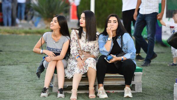 Девушки таджички на отдыхе в парке, архивное фото - Sputnik Тоҷикистон