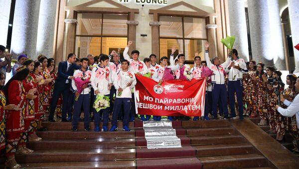 Встреча молодежной сборной Таджикистана в аэропорту - Sputnik Тоҷикистон