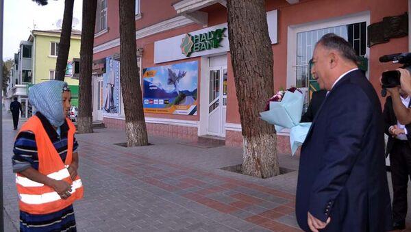 Мэр Худжанда вручил подарки и материальную помощь людям на улице - Sputnik Тоҷикистон