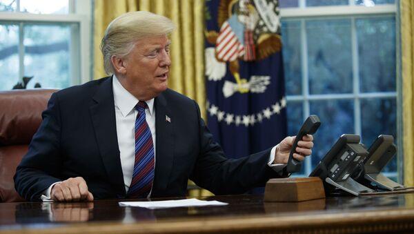 Президент Дональд Трамп разговаривает по телефону - Sputnik Тоҷикистон