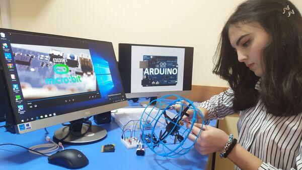 Ученица одной из школ Таджикистана изучает электронные устройства на базе конструктора ARDUINO - Sputnik Таджикистан