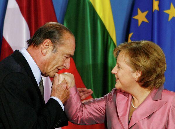 Президент Франции Жак Ширак целует руку канцлеру Германии Ангеле Меркель. 24 марта 2007 года. - Sputnik Таджикистан