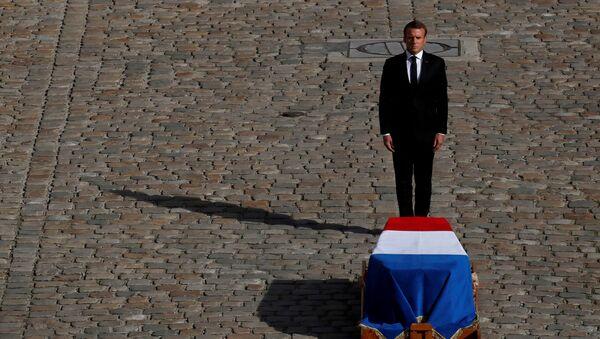 Президент Франции Эммануэль Макрон перед гробом покойного Жака Ширака  - Sputnik Таджикистан