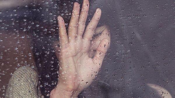 Девушка смотрит в окно - Sputnik Тоҷикистон