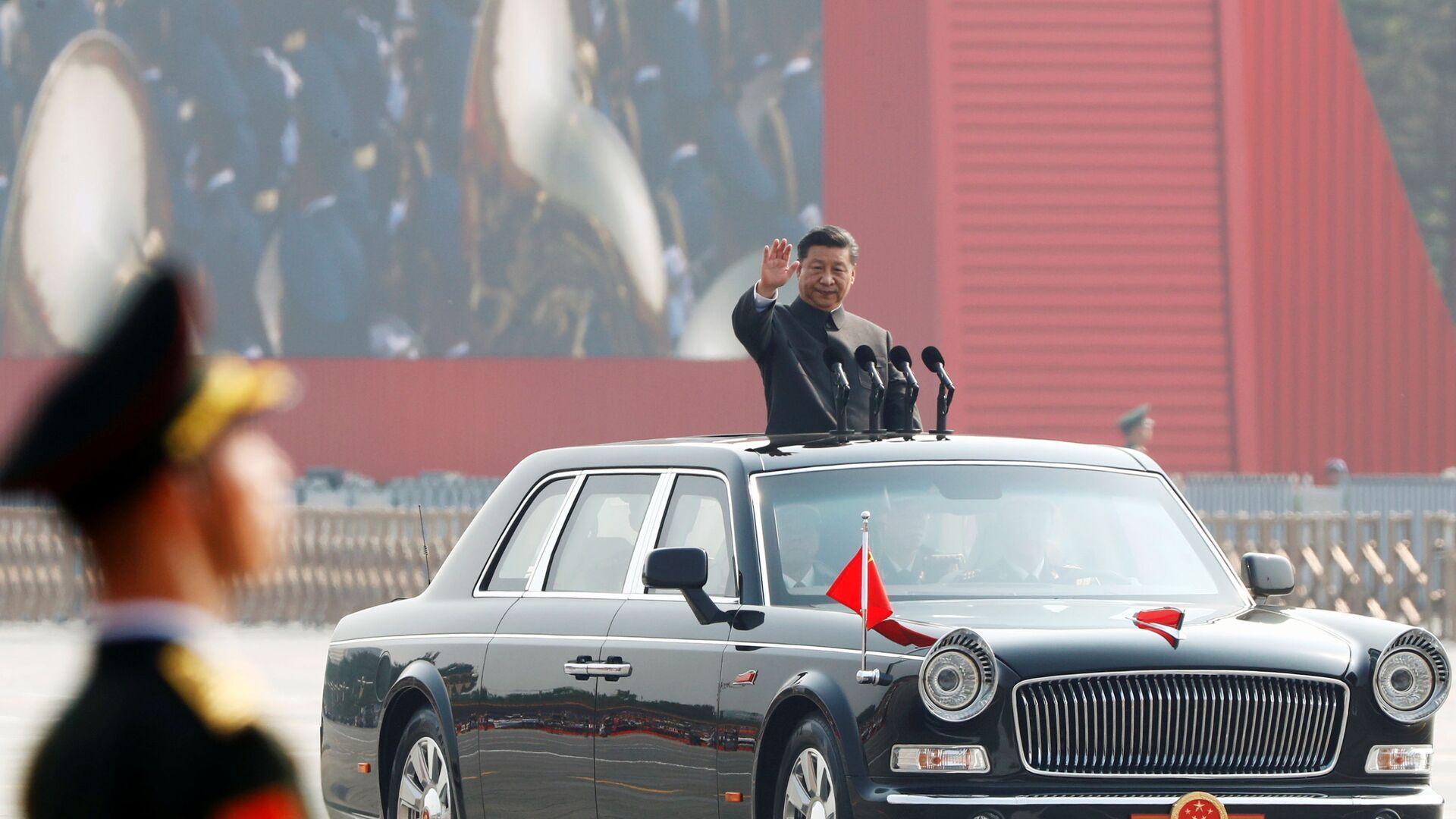 Президент Китая Си Цзиньпин на военном параде в честь 70-летия образования КНР в Пекине  - Sputnik Таджикистан, 1920, 25.02.2021