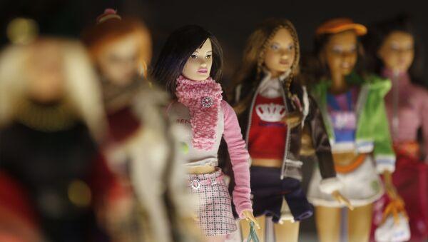 Куклы Барби на выставке, посвященной Барби в Музее культуры в Милане. Октябрь 2015 - Sputnik Таджикистан