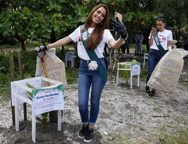 Кандидатки на титул Мисс Земля 2019 фотографируются до начала экологической акции на Филиппинах  - Sputnik Таджикистан