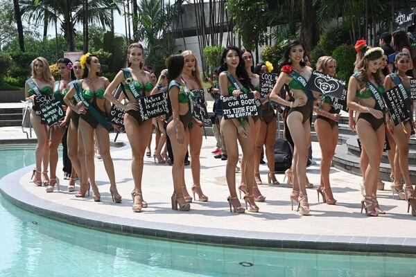 Кандидатки на титул Мисс Земля 2019 с плакатами с экологическими лозунгами в Маниле  - Sputnik Таджикистан