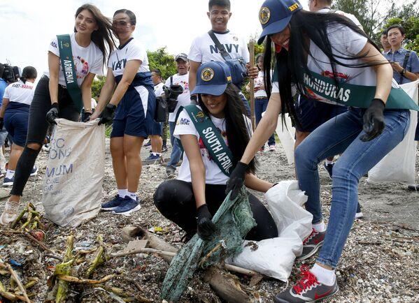 Кандидатки на титул Мисс Земля 2019 во время очистки береговой линии от мусора на Филиппинах  - Sputnik Таджикистан