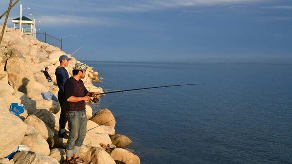 Рыбаки на берегу Кайраккумского водохранилища, архивное фото - Sputnik Таджикистан
