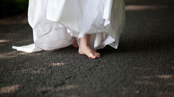 Невеста идет босиком по дороге - Sputnik Таджикистан