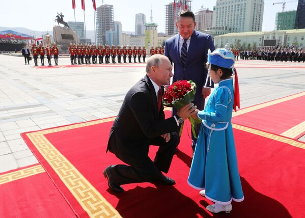 Президент РФ Владимир Путин и президент Монголии Халтмагийн Баттулга на церемонии официальной встречи у Государственного дворца на площади имени Д. Сухэ-Батора в Улан-Баторе - Sputnik Таджикистан