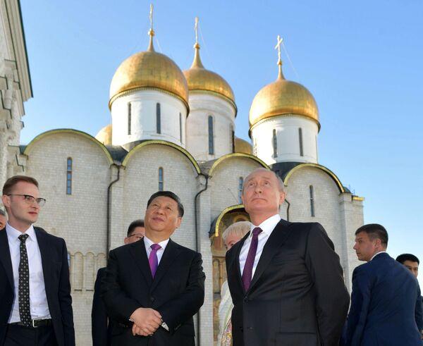 Председатель КНР Си Цзиньпин и президент России Владимир Путин во время экскурсии по Кремлю - Sputnik Таджикистан