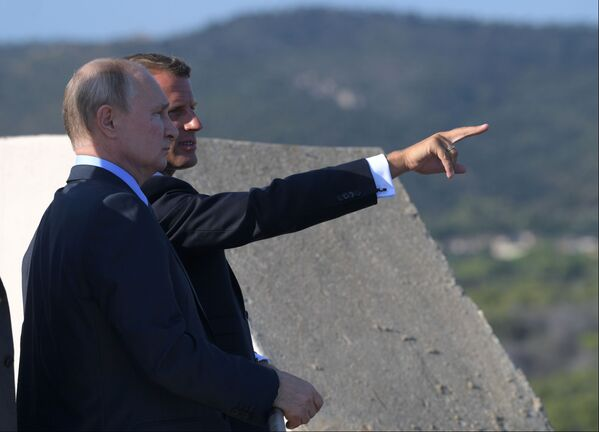 Президент РФ Владимир Путин и президент Франции Эммануэль Макрон во время встречи в резиденции президента Франции Форт Брегансон - Sputnik Таджикистан