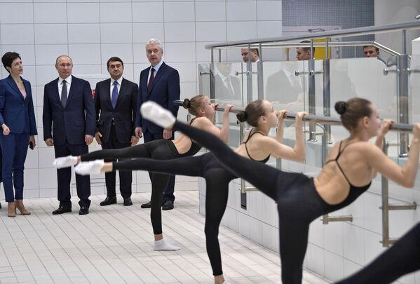 Президент РФ В. Путин посетил Олимпийский центр синхронного плавания А.Давыдовой - Sputnik Таджикистан