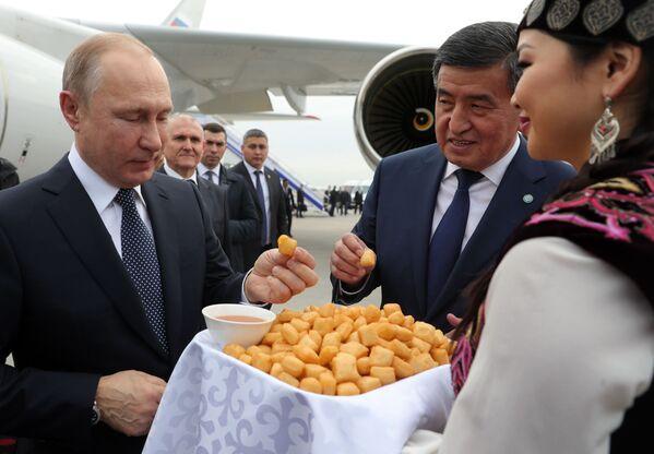 Президент РФ Владимир Путин и президент Кыргызстана Сооронбай Жээнбеков в аэропорту Бишкека - Sputnik Таджикистан