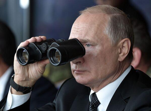 Президент РФ Владимир Путин наблюдает за проведением основного этапа стратегического командно-штабного учения Центр-2019 на полигоне Донгуз - Sputnik Таджикистан