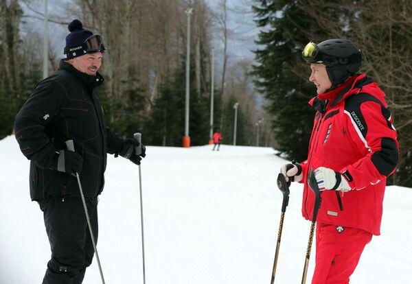 Президент Беларуси Александр Лукашенко и президент РФ Владимир Путин во время катания на лыжах в Сочи - Sputnik Таджикистан