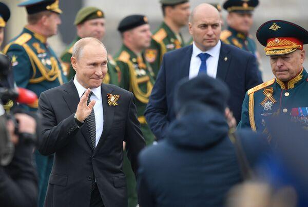 Президент РФ Владимир Путин на Параде Победы на Красной площади - Sputnik Таджикистан