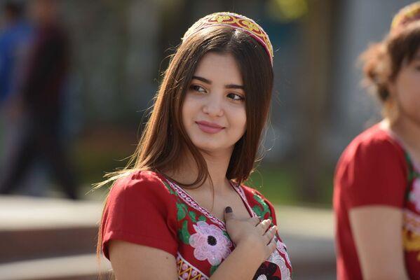 Девушка в красивом национальном платье  - Sputnik Таджикистан